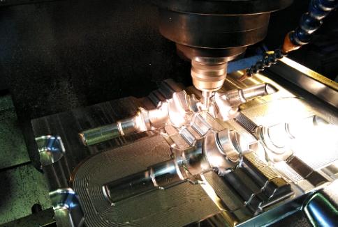 クランクシャフト鍛造型の機械加工中動画です。(静止画に差し替えましょうか?)